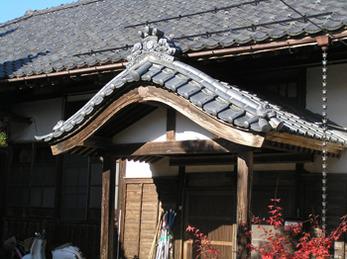 お寺の風格を際立たせる日本瓦の雰囲気はそのままに施工していただき感謝しています。